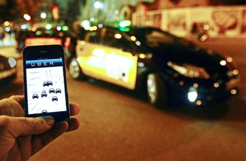Durch Angebote wie den Fahrdienstvermittler Uber werde das wirtschaftliche Risiko zunehmend von den Unternehmen auf die Arbeitnehmer verlagert, meint der Ökonom Klaus Zimmermann. Foto: AFP