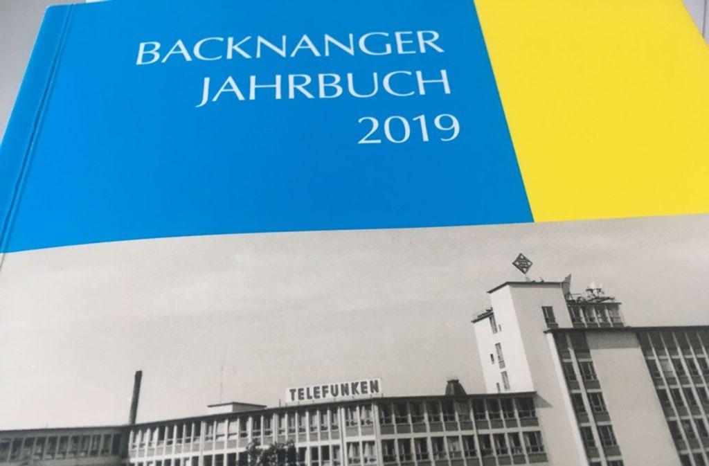 Das Backnanger Jahrbuch gibt's im Buchhandel, es  kostet 18.50 Euro. Foto: Martin Tschepe