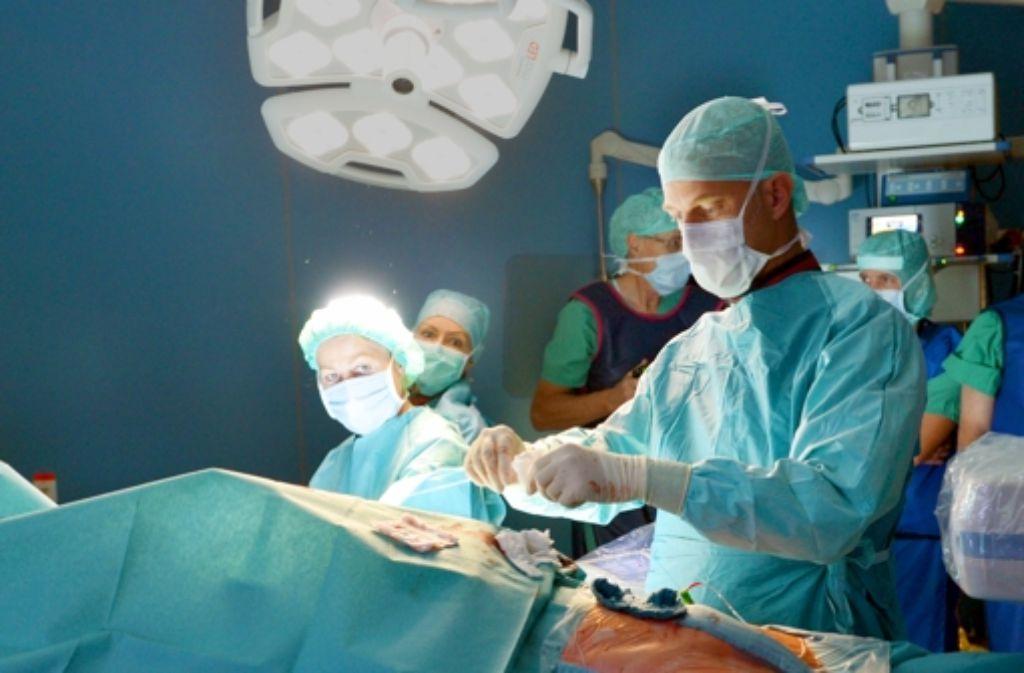 Bei den Krankenhausärzten hat ein Stellenaufbau stattgefunden, bei weniger stark steigenden Fallzahlen bedeutet das, dass die Personalproduktivität sinkt. Foto: dpa
