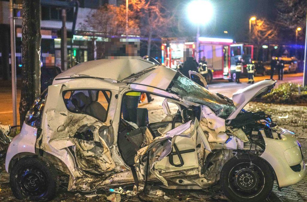 Der Mann und die Frau im Kleinwagen starben noch an der Unfallstelle Foto: SDMG