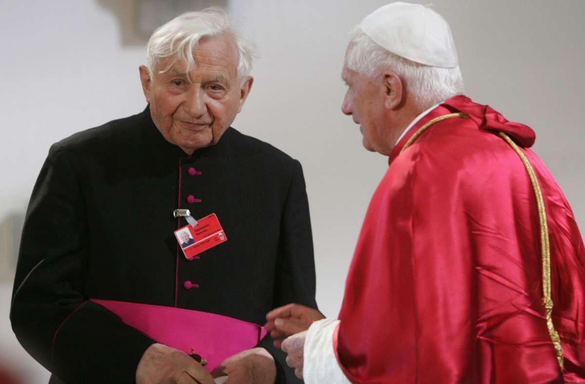 Die Brüder Georg (l) und Joseph Ratzinger 2006 in Marktl am Inn. Foto: AFP/JOHN MACDOUGALL
