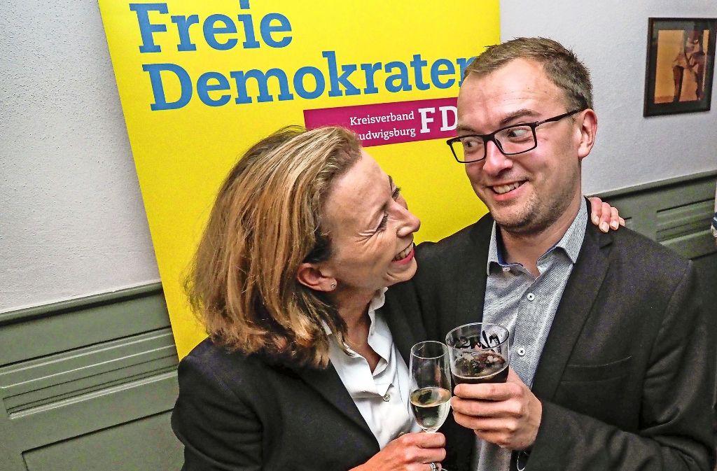 So sehen  Sieger aus: Stefanie Knecht und ihr Parteifreund Marcel Distl aus dem Wahlkreis Neckar-Zaber feiern das starke Abschneiden der FDP. Weitere Eindrücke vom Wahlabend finden Sie in unserer Bildergalerie. Foto: factum/Weise