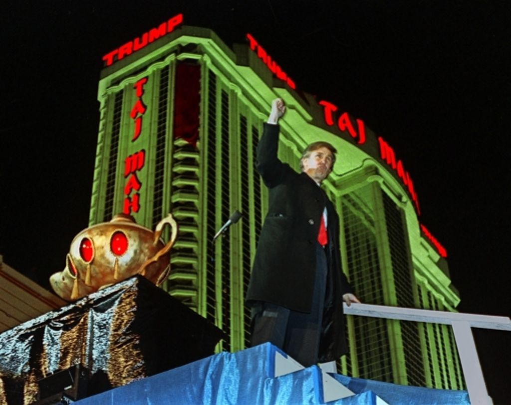 5. April 1990: Donald Trump zeigt sich bei der Eröffnung des Taj Mahal in Siegerpose. Foto: AP