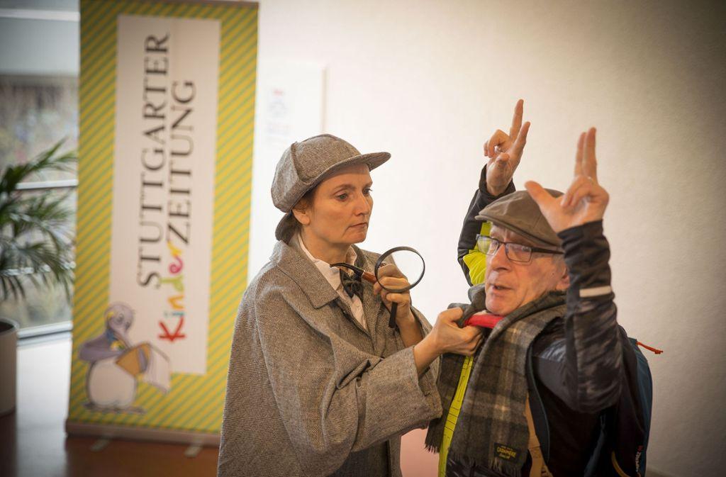 Sozialbürgermeisterin Isabel Fezer kann auch anders: hier als Detektivin. Foto: Lichtgut/Leif Piechowski