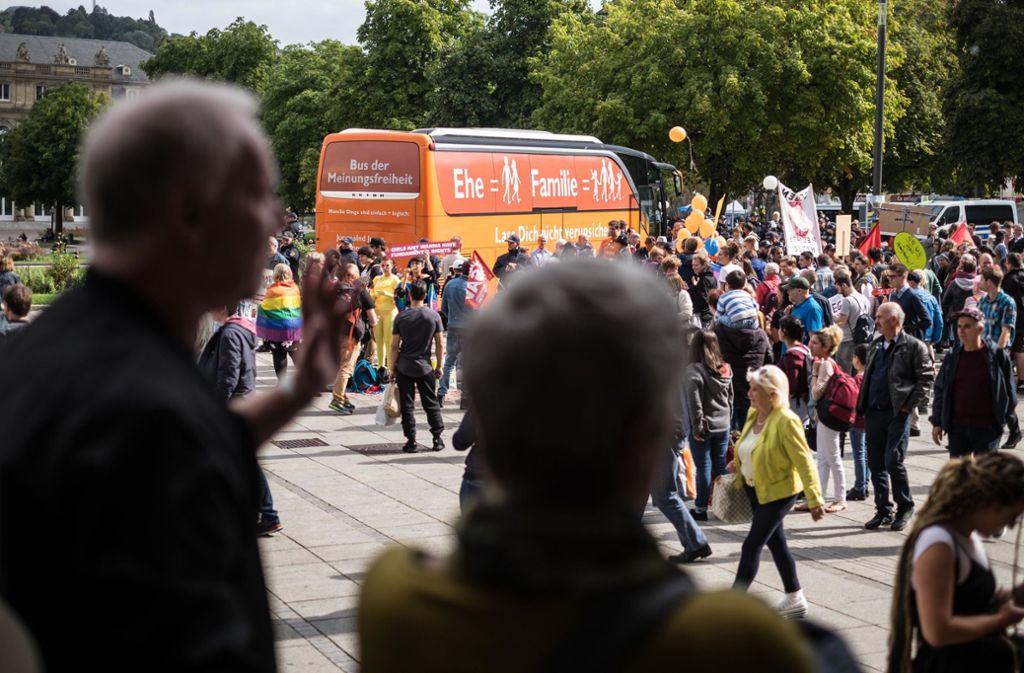 """Zuletzt machte die """"Demo für alle""""-Bewegung 2018 mit dem sogenannten """"Bus der Meinungsfreiheit"""" in Stuttgart halt. Damals waren die Gegendemonstranten in der vielfachen Überzahl. Foto: Lichtgut//Max Kovalenko"""