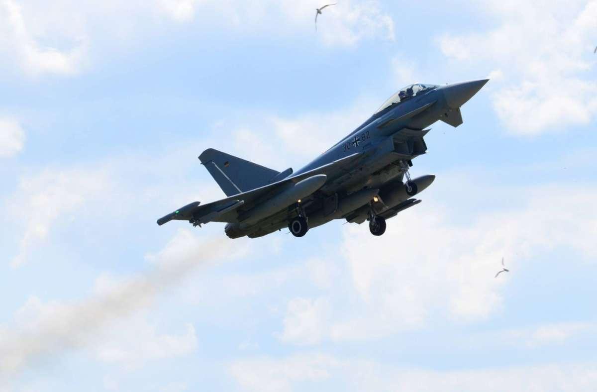 Zwei Eurofighter befanden sich am Freitagmorgen bei einem Übungsflug über Stuttgart. (Symbolbild) Foto: imago images / Sven Eckelkamp/via www.imago-images.de