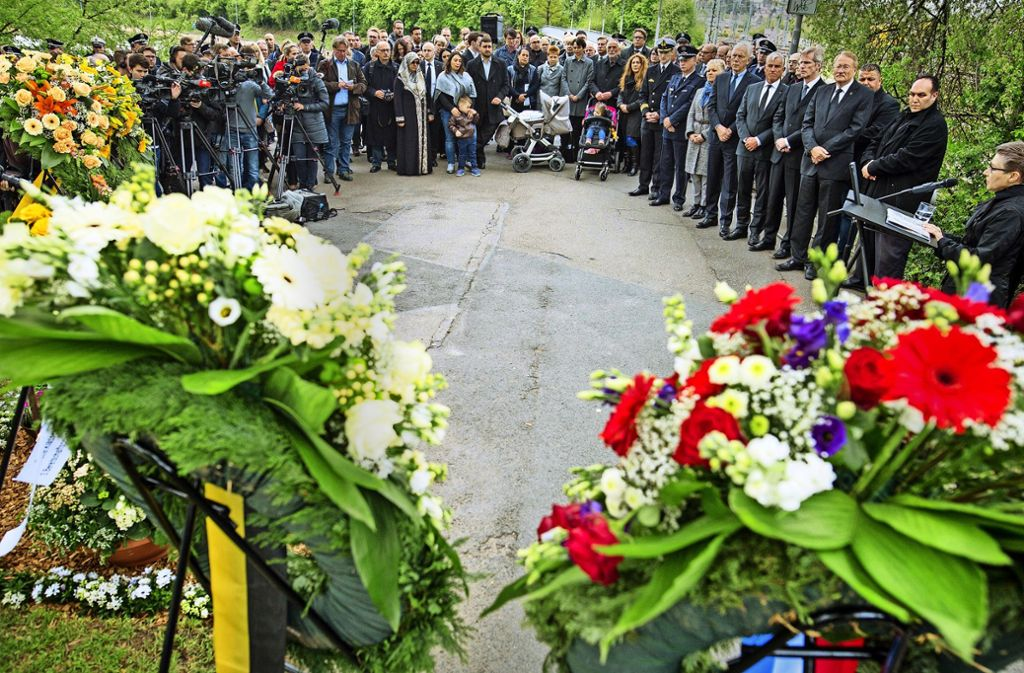 Angehörige von NSU-Opfern und Vertreter von Polizei und Politik trauern im April 2017 bei der Gedenkfeier zum 10. Todestag der ermordeten Polizistin Michèle Kiesewetter in  Heilbronn. Foto: dpa/Christoph Schmidt