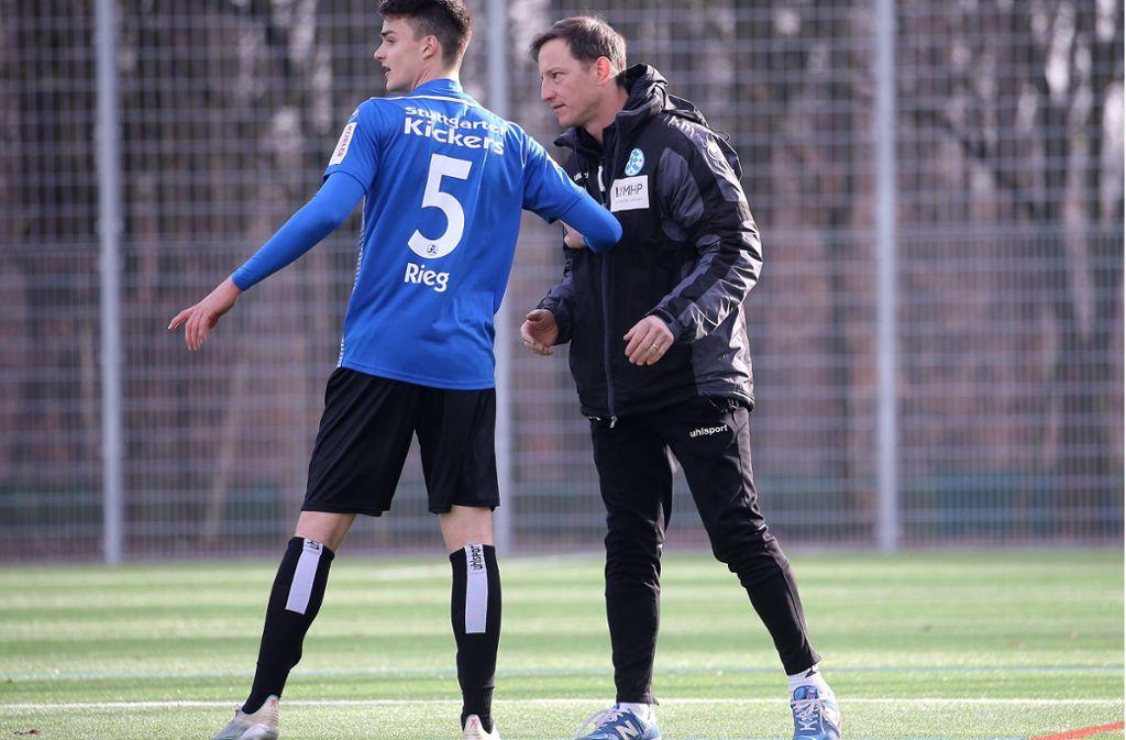 Es gibt noch viel zu besprechen bei den Stuttgarter Kickers: Trainer Ramon Gehrmann und Theo Rieg, Torschütze bei der 1:4-Testspiel-Niederlage beim FC Augsburg II. Foto: Baumann