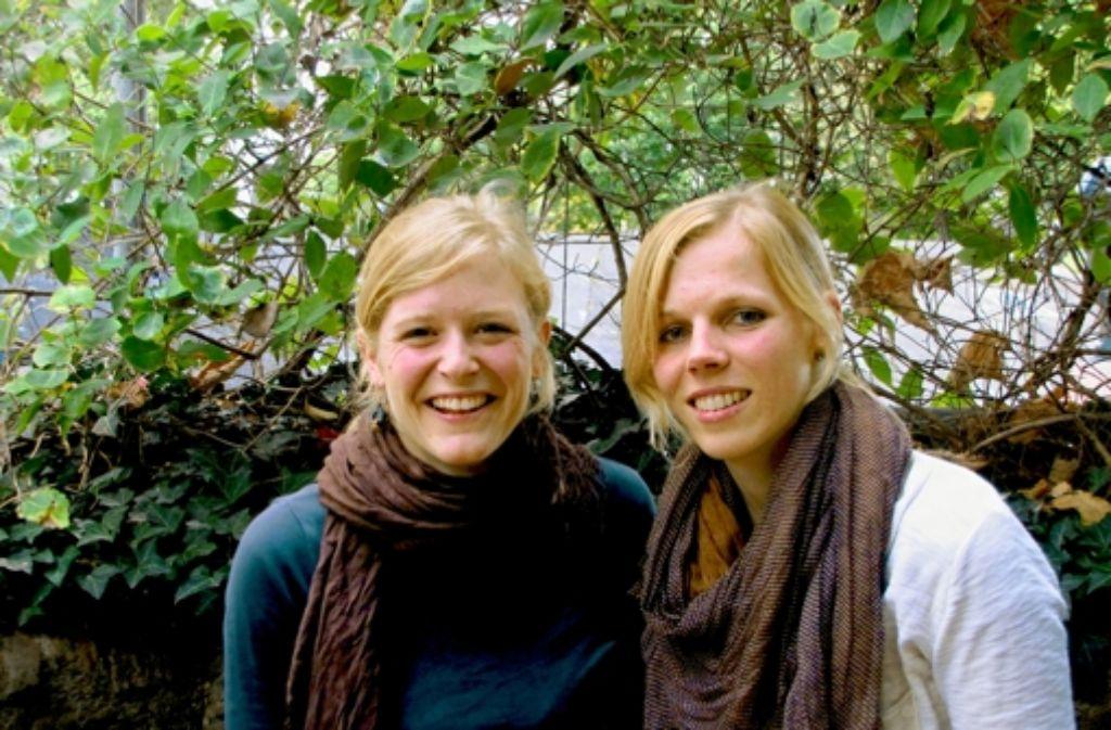 Helena Hingerl (links) und Kira Beck wollen keine strengen Hierarchien in ihrem Verein Crossing Borders Stuttgart. Foto: Nora  Stöhr