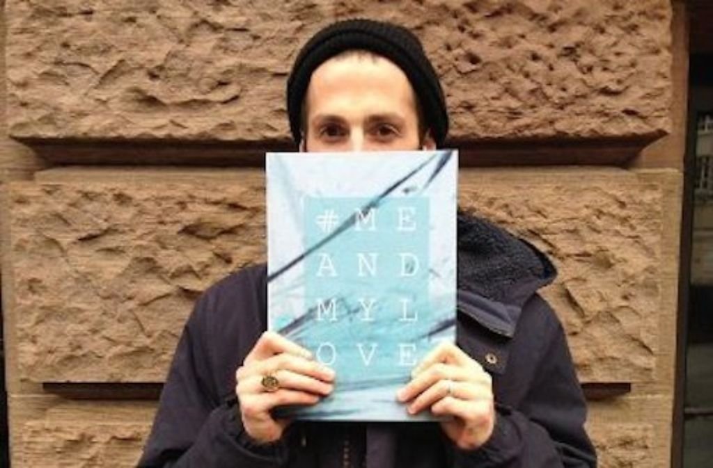 Philipp Köhler mit seinem Buch zur Serie #MEANDMYLOVE, die 106 Portraits von Skatern umfasst. Foto: Tanja Simoncev