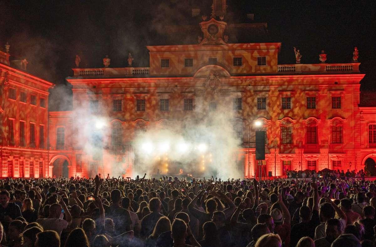 Bilder wie aus einer anderen Zeit: Beim Electrique Baroque tanzten am Samstag mehrere Tausend Menschen. Foto: Jürgen Bach