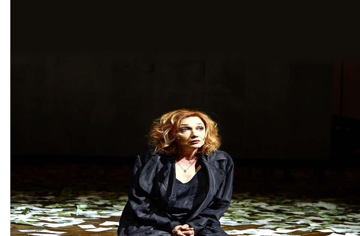 """Szene mit Evgenia Dodina in der Titelrolle von Dürrenmatts """"Der Besuch der alten Dame"""" im Schauspielhaus Stuttgart Foto: Schauspiel Stuttgart/Julian Baumann"""