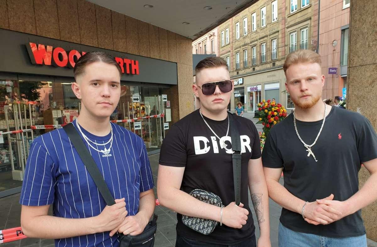Die drei Freunde Dietrich Winter, Mikhael Ivlev und Elvis Dick (v.l.n.r.) vor dem Kaufhaus in der Würzburger Innenstadt. Foto: dpa/Carolin Gißibl