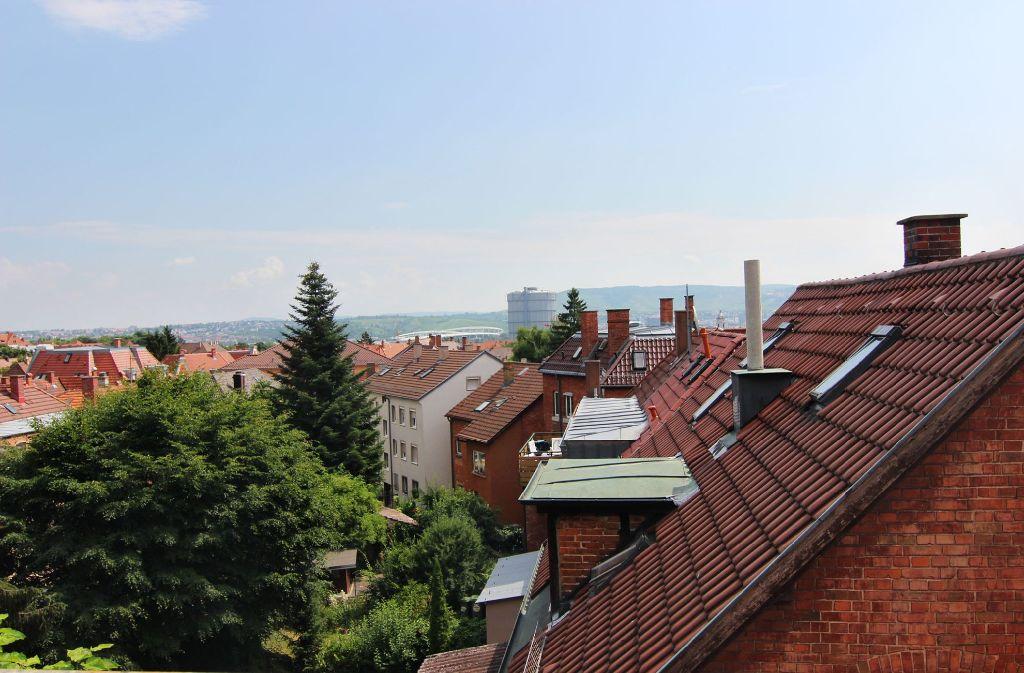 Dieses Foto zeigt den Blick von Rainer und Uschi Fritz' Dachterrasse über die Dächer der ehemaligen Arbeitersiedlung im Stuttgarter Osten. Im Hintergrund sind der Gaskessel sowie die Mercedes Benz-Arena zu sehen. Die Haußmannstraße befindet sich rechts vom Aufnahmeort. Foto: Geißler