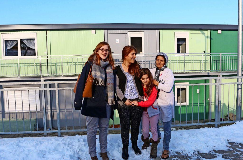 Zwar ist Judith Rühle (links) nicht so häufig in der Flüchtlingsunterkunft an der Stadthalle. Aber wenn, wird sie von den Bewohnern immer herzlich empfangen. Foto: Andreas Gorr