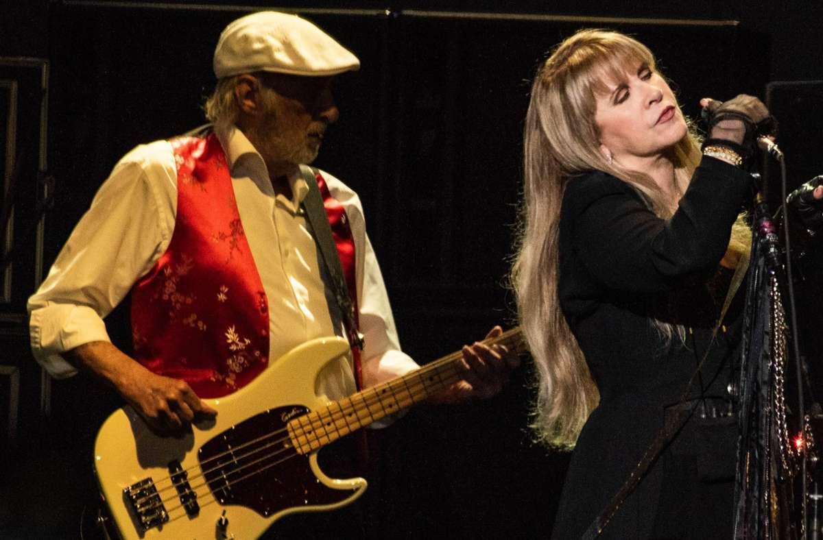 John McVie, hier mit Stevie Nicks,  hielt sich immer lieber im Hintergrund. Foto: imago images/MediaPunch/imageSPACE via www.imago-images.de