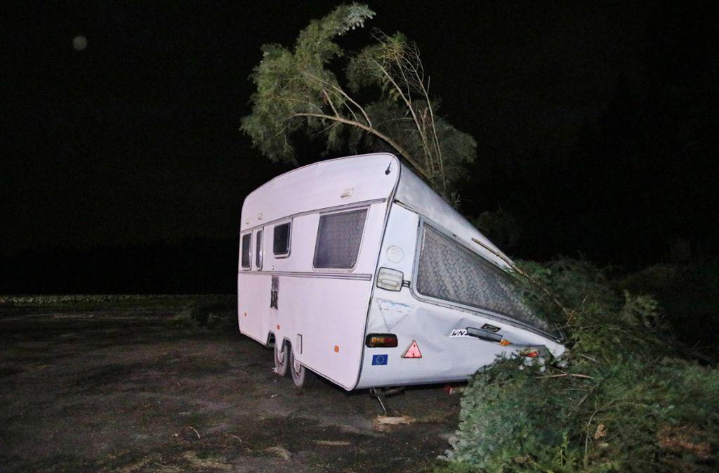 Auf einem Wanderparkplatz kracht eine Tanne auf einen Wohnwagen. Ein Ehepaar wird darin eingesperrt. Foto: /7aktuell | Kevin Lermer