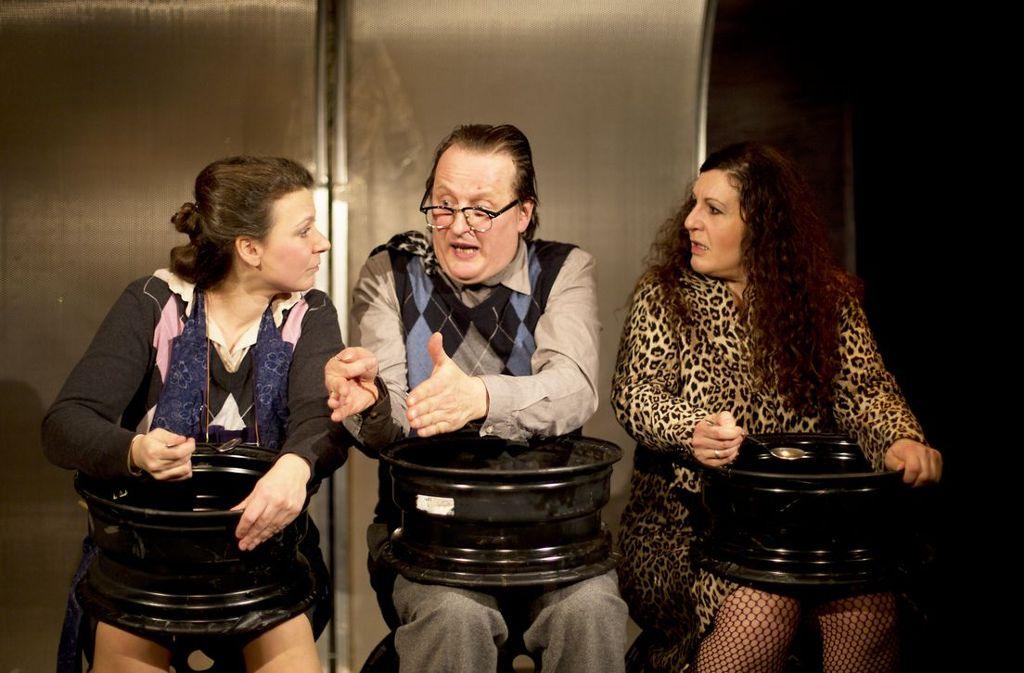 Britta Scheerer, Dietmar Kwoka und Schirin Brendel mit der Weltsuppe.   Foto: Aldinger