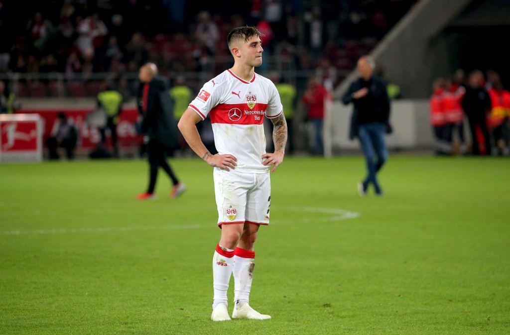 Allein auf weiter Flur: Pablo Maffeo versteht beim VfB die Fußballwelt nicht mehr. Foto: Baumann