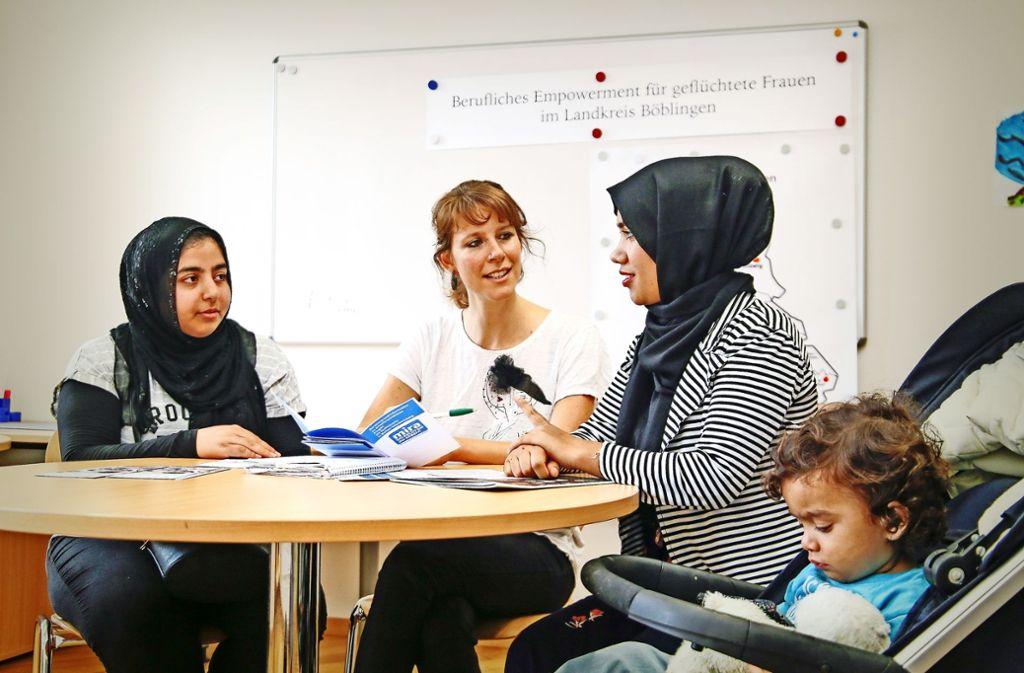 Mahtab Daulat (rechts mit ihrem Sohn Yusuf) hat es geschafft: Sie hat mithilfe von Hanna Hiltner (Mitte) einen Job gefunden. Für Shahlan Ali ist es viel schwieriger: Ihr droht die Abschiebung. Foto: factum/Granville
