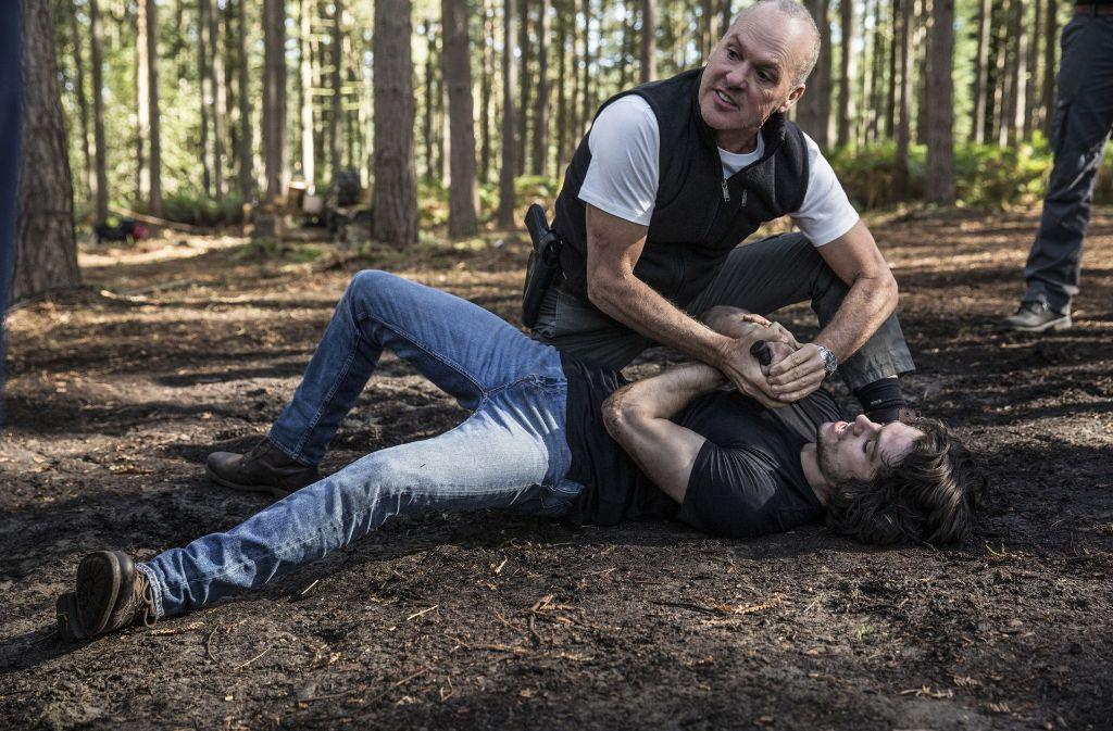 """Übungsrangelei mit Messer : Michael Keaton und Dylen O'Brien in """"American Assassin"""". Foto: Verleih"""