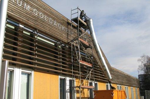 Arbeiter entfernen die Dachbegrünung des Kulturforums. Foto: Jens Noll