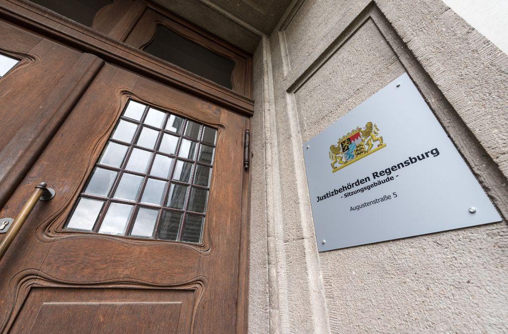 In Regensburg hat der Prozess gegen zwei Eltern begonnen, die ihren Sohn trotz lebensgefährlicher Brandverletzungen nicht zum Arzt brachten. (Symbolbild) Foto: dpa