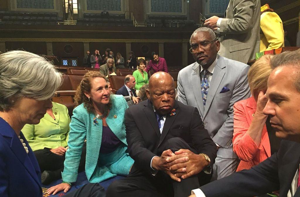 Ungewöhnlicher Protest im US-Parlament: Abgeordnete der Demokraten sitzen im Repräsentantenhaus auf dem Fußboden. Foto: AFP/Rep. Elizabeth Esty