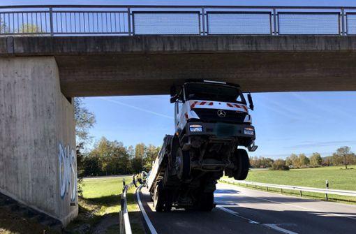 Rentner bleibt mit Lkw spektakulär an Brücke hängen
