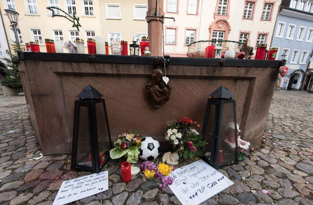 Blumen und Kerzen am Stadtbrunnen in Endingen erinnern an das Opfer. (Archivfoto) Foto: dpa