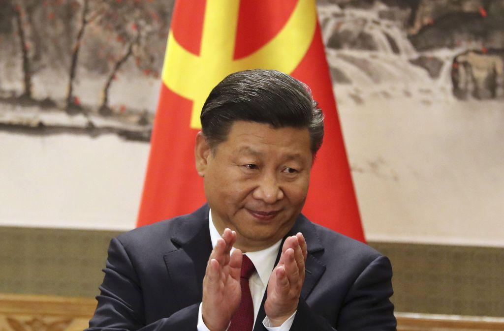 Das neue Zentralkomitee der Kommunistischen Partei Chinas bestätigte den Xi Jinping auf seinem ersten Plenum in Peking für weitere fünf Jahre im Amt des Generalsekretärs. Foto: AP