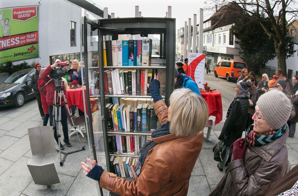 Ein Bücherschrank so ähnlich wie  dieser soll auch bald  in Feuerbach stehen. Foto: Horst Rudel