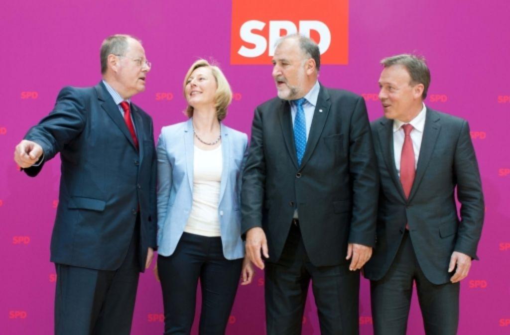 SPD-Kanzlerkandidat Peer Steinbrück und die ersten  Mitglieder seines Kompetenzteams:  Gesche Joost, Klaus Wiesehügel und Thomas Oppermann (von links). Bis auf Fraktionschef Oppermann spielen sie in der Politik keine große Rolle mehr. Foto: dpa