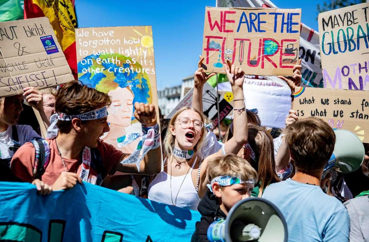 Eine Klima-Demo der Bewegung Fridays for Future – laut einer Studie tickt die Jugend ernst und politisch. Foto: dpa/Marcel Kusch