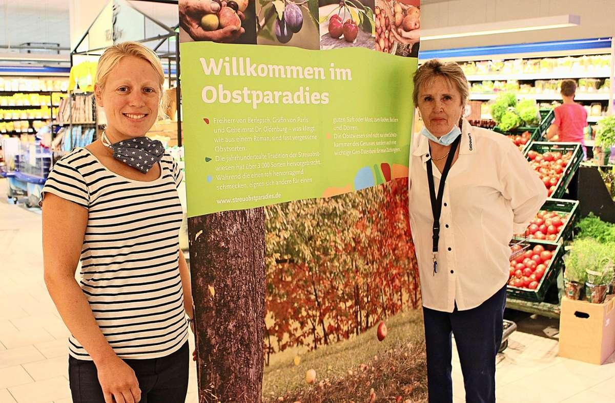 Lena Schlotterbeck vom Verein (links) und Maria Fodor, Leiterin der Obstabteilung bei Edeka in Filderstadt-Bonlanden Foto: Caroline Holowiecki