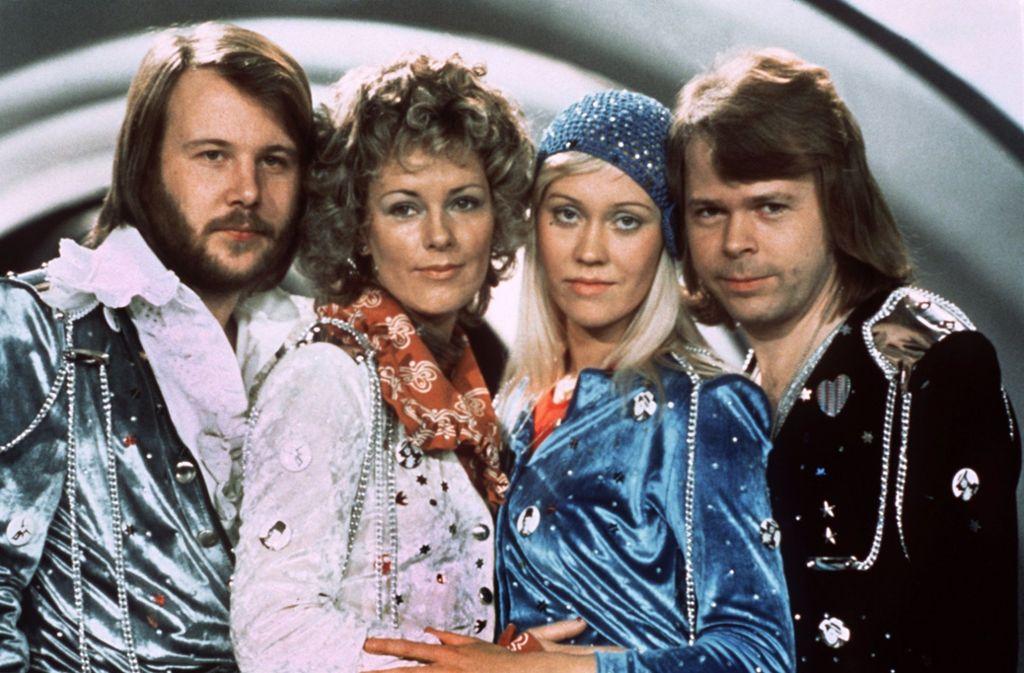 Die Mitglieder der schwedischen Popgruppe «Abba», Benny Andersson (l-r), Annafrid Lyngstad, Agnetha Fältskog und Björn Ulvaeus, beim Grand Prix d'Eurovision de la Chanson im südenglischen Brighton (Archivfoto vom 06.04.1974). Foto: epa Scanpix Sweden