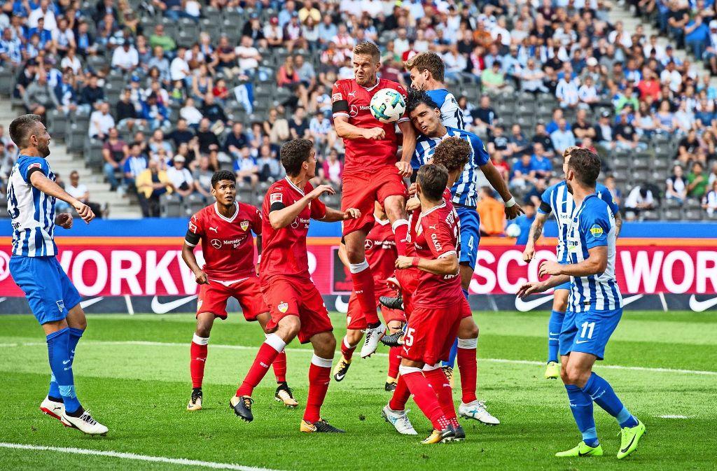 Ab ins Getümmel: der VfB-Mittelstürmer Simon Terodde springt am höchsten, doch am Ende sind die Berliner obenauf. Foto: Baumann
