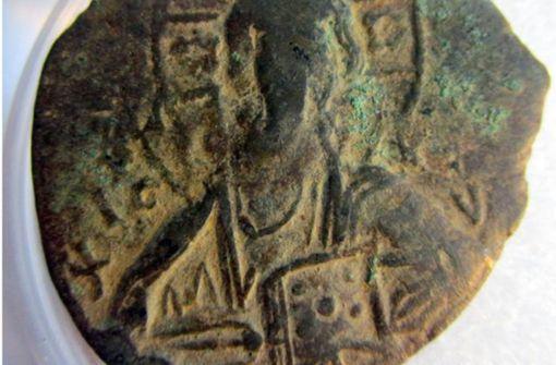 Kleiner Junge entdeckt 1000 Jahre alte Münze beim Fußballspielen