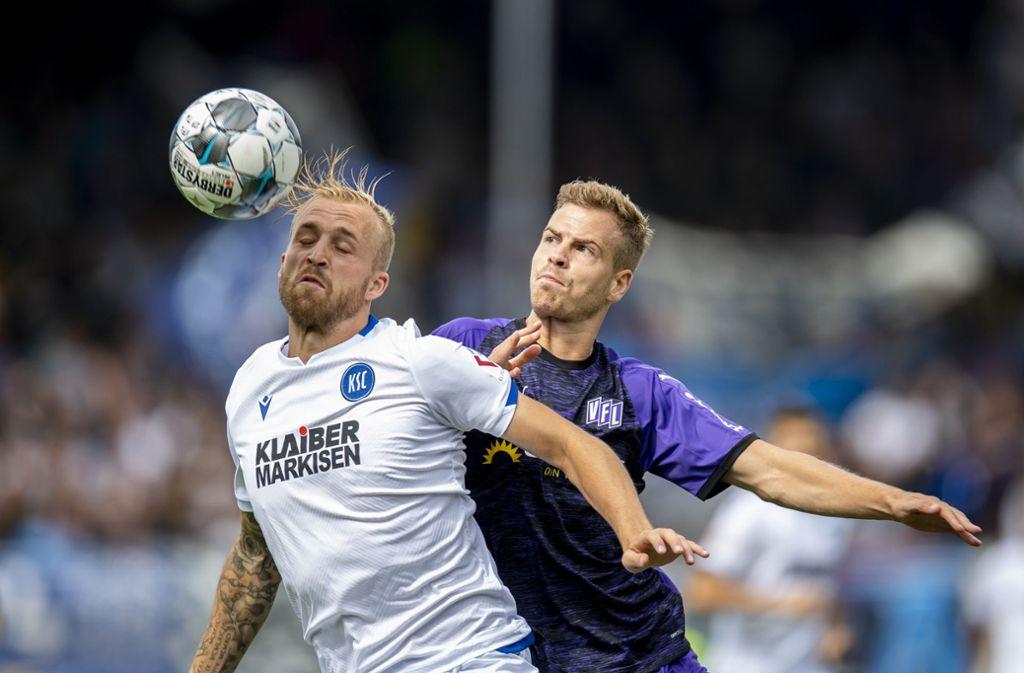 Karlsruhes Philipp Hofmann (links) und Osnabrücks Joost van Aken kämpfen um den Ball. Foto: dpa