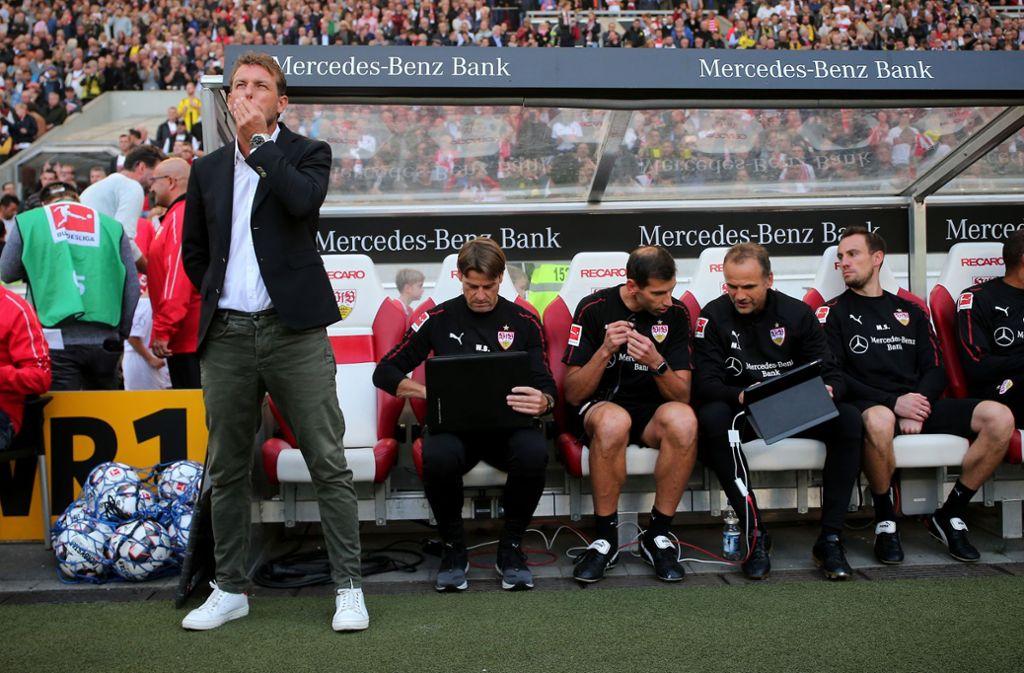 Markus Weinzierl vor der Trainerbank des VfB Stuttgart. Foto: Pressefoto Baumann