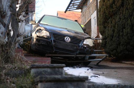 Auto kracht führerlos gegen Hauswand und Absperrung