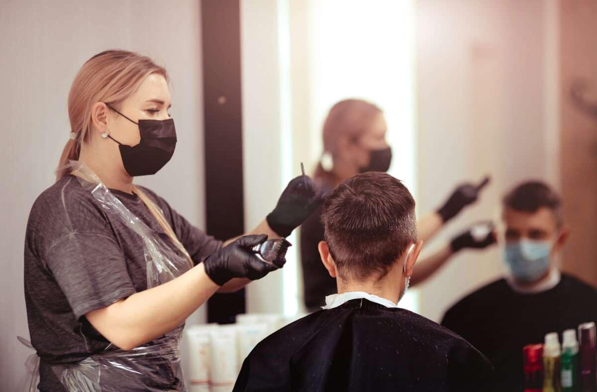 In diesem Artikel erfahren Sie, was die 2G-Regel in Baden-Württemberg für den Besuch beim Friseur bedeutet. Foto: Smile23 / Shutterstock.com