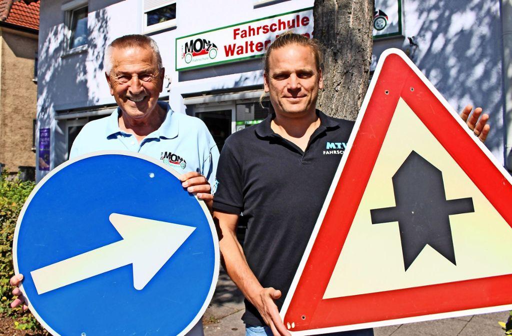 Walter Monz mit Tim Deuschle, der die Fahrschul-Räume übernimmt Foto: Caroline Holowiecki