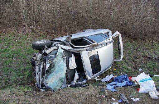 Opel überschlägt sich mehrmals – Fahrer am Unfallort verstorben
