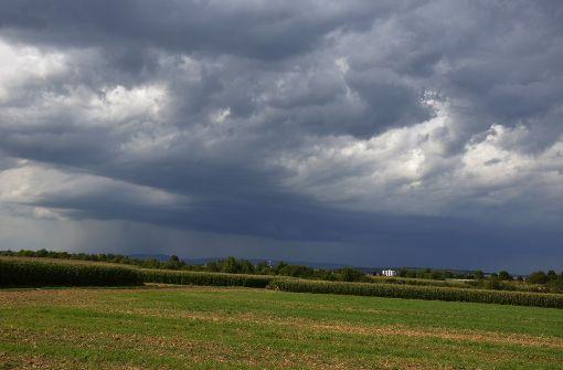 Schwarze Gewitterwolken, heftige Regengüsse