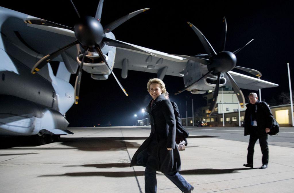 Verteidigungsministerin Ursula von der Leyen flog im Februar 2017 von Berlin nach Litauen zu einem Besuch der Bundeswehrsoldaten mit dem Airbus A400M. Es wurde eine Reise mit Pannen. Foto: dpa