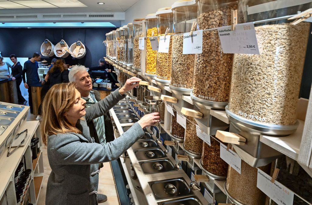 Alles so schön voll: Aus den Zylindern können Kunden ihre Portionen individuell abfüllen. Foto: factum/Weise