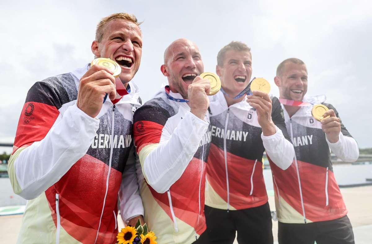 Der Kajak-Vierer feiert seine Goldmedaille. Foto: dpa//Jan Woitas