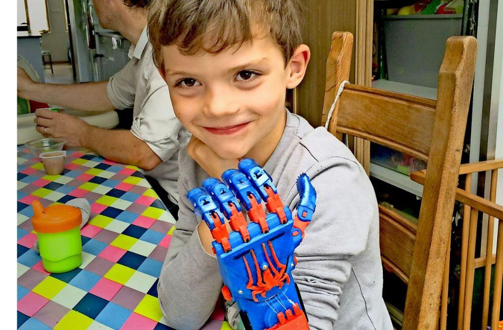 Der neunjährige Charles mit seiner Spiderman-Hand. Foto: E-Nable