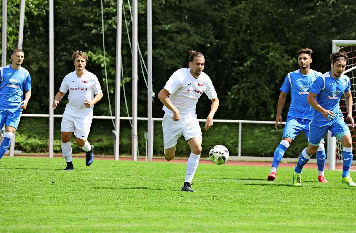Am Samstag     hat der erfahrene Defensivspezialist erstmals   im Trikot  des SVF Fußball gespielt (Mitte) Foto: Patricia Sigerist